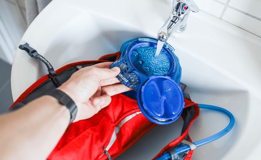 Befüllt wird die Trinkblase ganz einfach über den Wasserhahn.