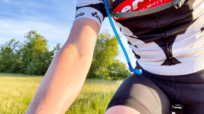 Camelbak Trinkrucksack Test – der Schlauch baumelt während der Fahrt am Körper