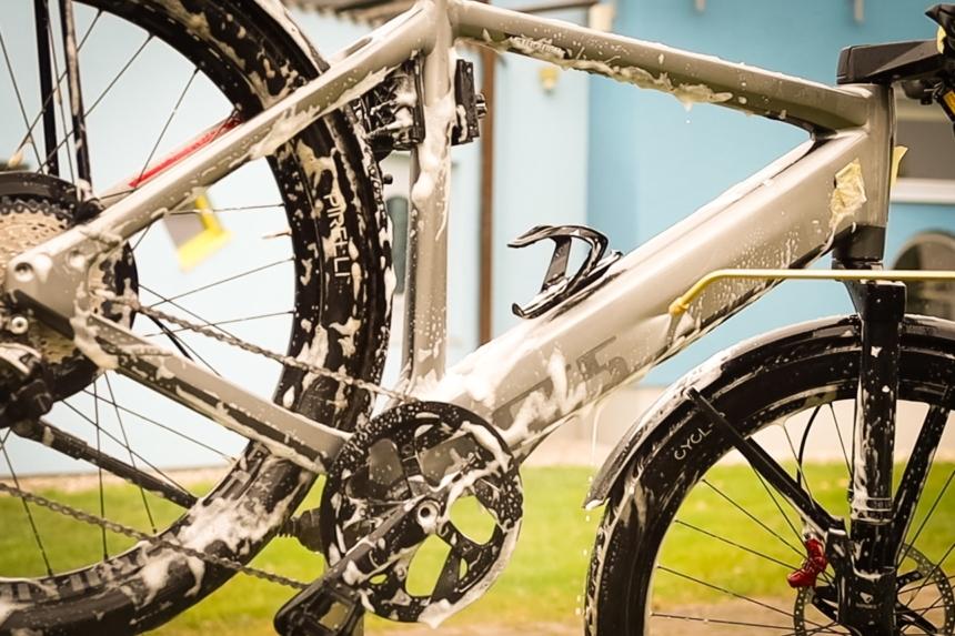 E-Bike reinigen mit einer Dusche nach dem Einseifen