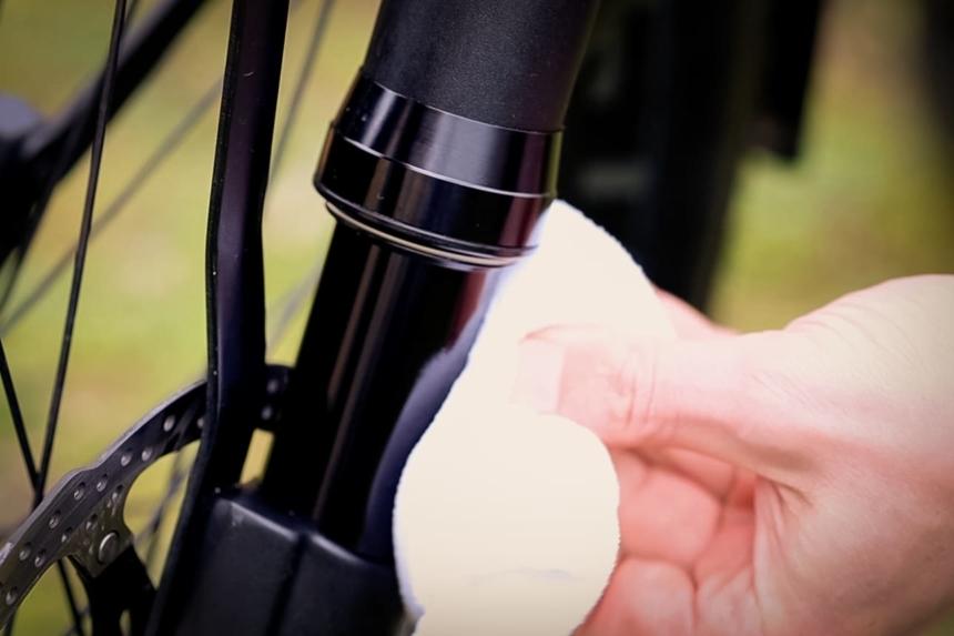 E-Bike Reinigung – Die Federgabel muss auch geölt werden