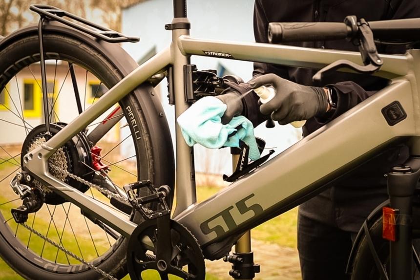 E-Bike Pflegemittel auftragen