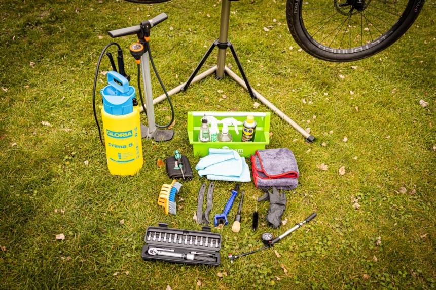 Werkzeug und Putzmittel beim E-Bike reinigen