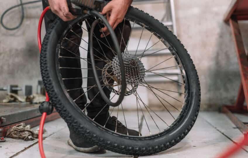 Der optimale Reifendruck beim Fahrrad hängt vom Untergrund, Fahrradtyp und weiteren Faktoren ab.