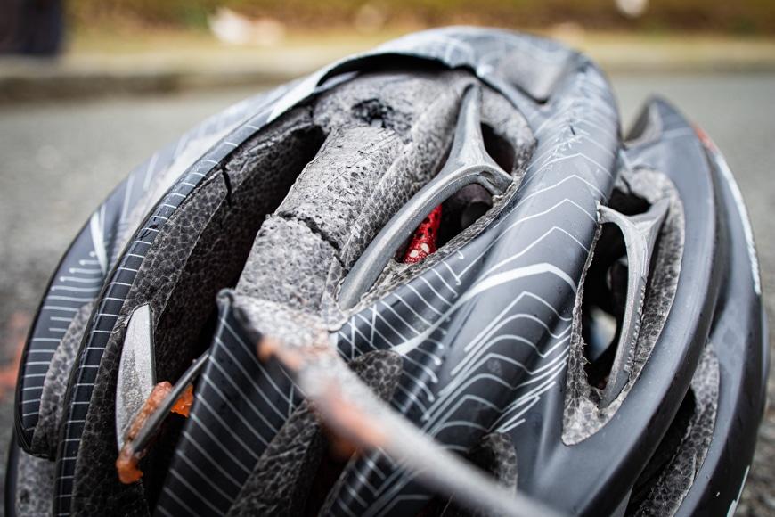 Fahrrad Helm mit Beschädigung nach Unfal
