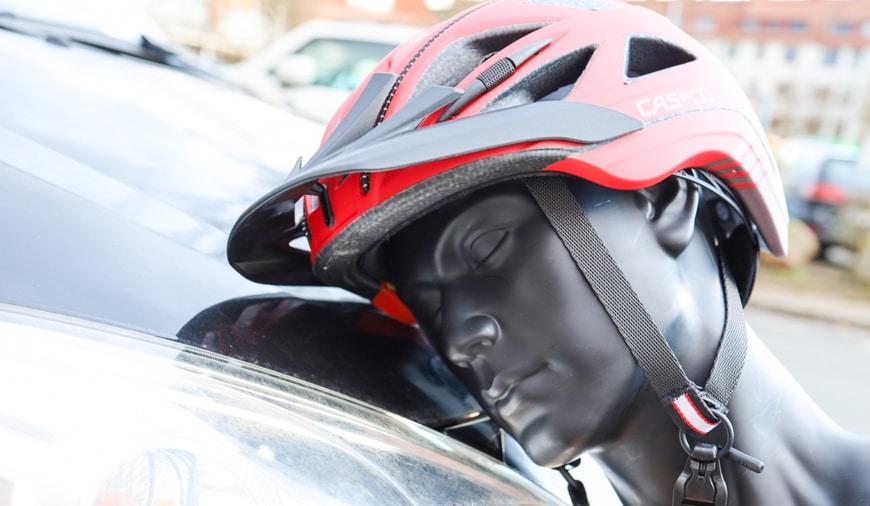 Fahrradhelm bei einem Unfall auf der Motorhaube