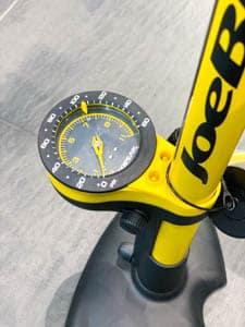 Fahrradpumpen – das Manometer gibt den Druck an