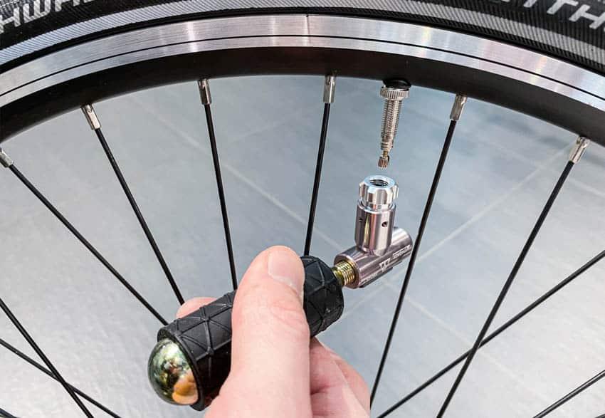 Fahrradpumpe Test – Topeak Kartuschenpumpe AirBooster lässt sich einfach bedienen