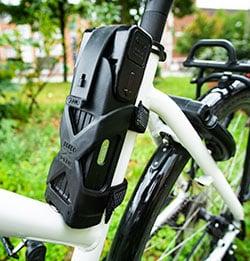 Faltschlösser lassen sich platzsparend am Fahrradrahmen befestigen