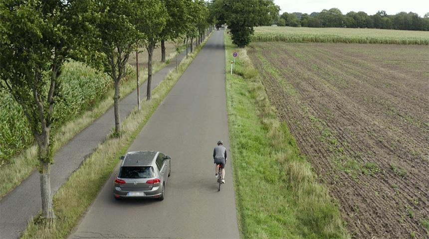 Garmin Varia RTL516 Test – sobald die Punkte des Radars aufeinander liegen beduetet das, dass ein Auto auf Höhe des Fahrradfahrers ist