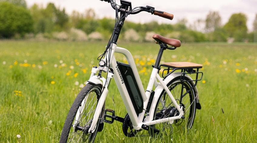 Himiway City Pedelec Review mit grüner Wiese