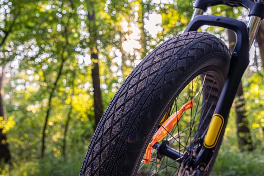 Das Reifenprofil der Fat Tires des Jeep Mountain FAT E-Bike MHFR 7100 ist gut gewählt