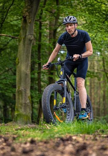 Fahrspaß im Wald beim Jeep Mountain FAT E-Bike MHFR 7100 Test