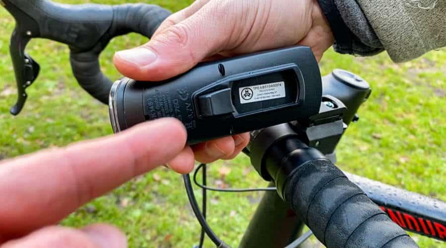 Das Anstecken der Fahrradlampe geht mittels Knopf ganz leicht.