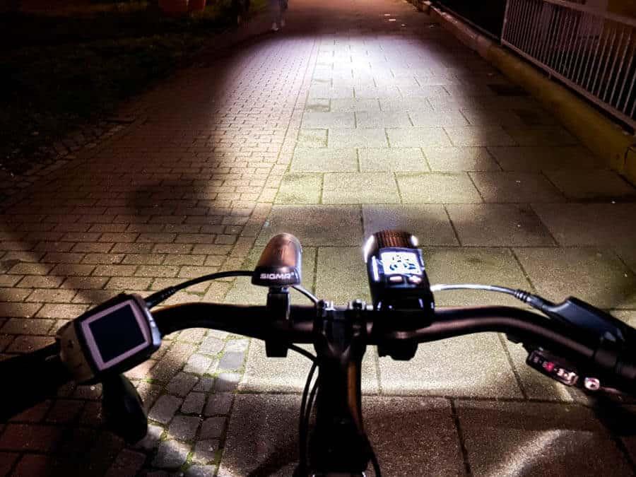 Ein sehr heller Lichtkegel der Fahrradlampe