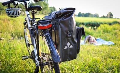 Einmal am Rad angebracht sitzt die Fahrradtasche bombenfest